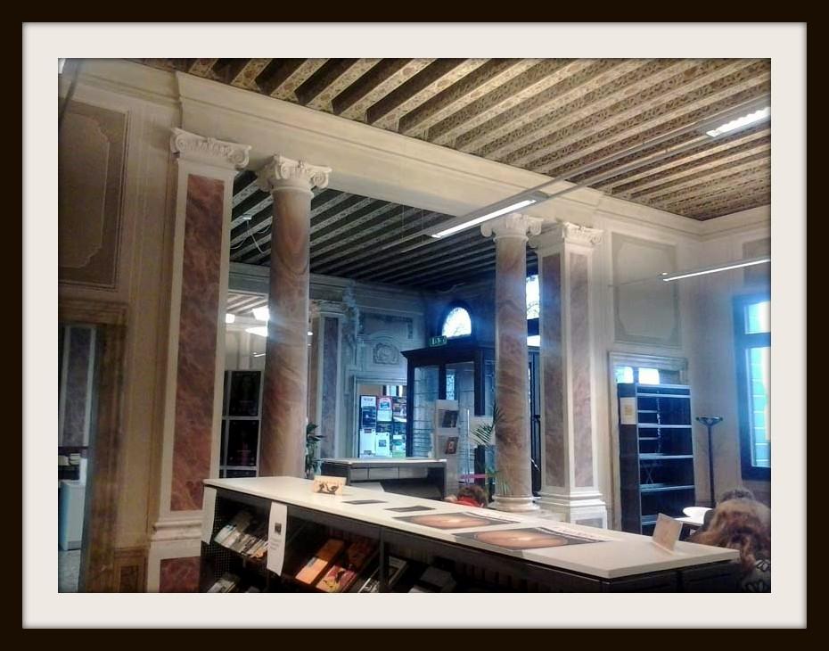 Uno degli ambienti della biblioteca di Villa Erizzo